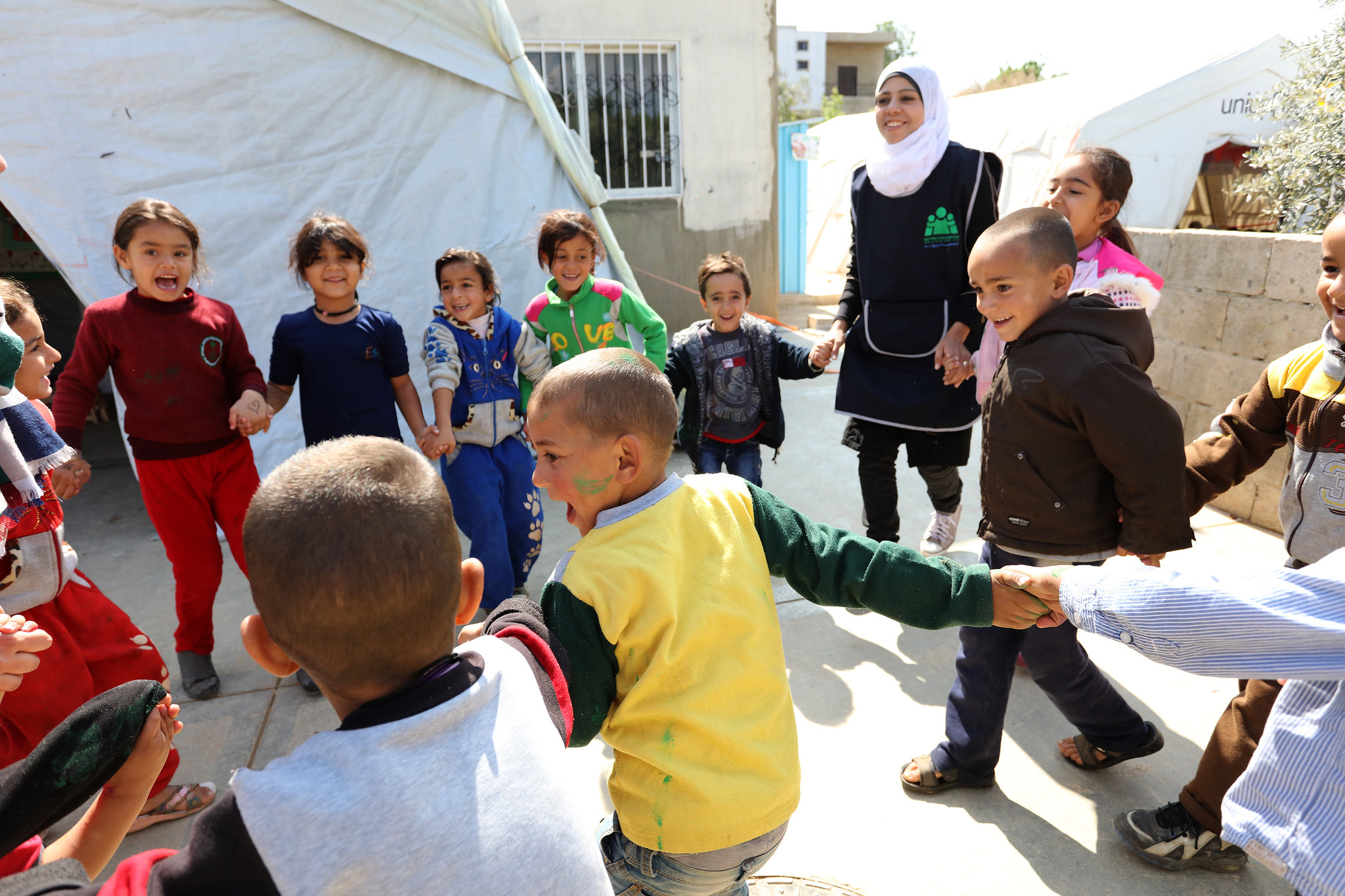 Flickr CC Syrian refugees play with classmates